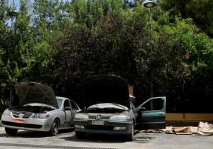 Καμμένα αυτοκίνητα στον προαύλιο χώρο της Μονής Πετράκη, Δευτέρα 08 Αυγούστου 2016. Επίθεση με βόμβες μολότοφ εναντίον του κτιρίου της Ιεράς Συνόδου της Εκκλησίας της Ελλάδος, στην Μονή Πετρακη, σημειώθηκε τα ξημερώματα.Όπως έγινε γνωστό απο την Αστυνομία, άγνωστοι, γύρω στις 03.10, πέταξαν τέσσερις βόμβες μολότοφ στο πραύλιο του κτιρίου, στην οδό Μονής Πετράκη 10 στο Κολωνάκι, οι οποίες εξερράγησαν με αποτέλεσμα να καταστραφούν δύο αυτοκίνητα που ήταν σταθμευμένα εκεί. Από την αστυνομία γίνονται έρευνες για τον εντοπισμό και την σύλληψη των δραστών.ΑΠΕ-ΜΠΕ/ΑΠΕ-ΜΠΕ/ΛΩΛΗΣ ΝΙΚΟΣ