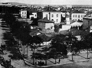 """Храмът в края на 19 век след възрожденското му пристрояване с поствъзрожденската си камбанария, пред него покривите на църквата на преден план вдясно църквата """"Света Петка Стара"""""""