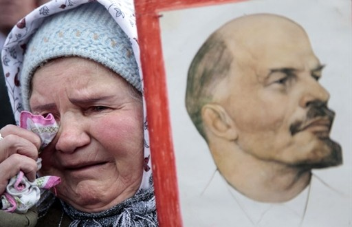 One 2,500 Russian Communist Party supporters cries with a portrait of former Soviet leader Vladimir Lenin during a rally in the center of Moscow on April 4, 2009 to condemn the Russian government and its handling of the economic crisis, part of nationwide protests organized by the Communist Party. AFP PHOTO / OXANA ONIPKO