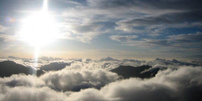 sea-of-clouds-with-bright-sun-on-haleakala-national-park-hawaii-808x454